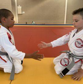 2 garçons se saluent sur le tatami en jiu-jitsu brésilien